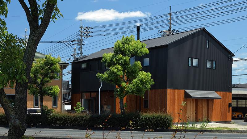 01-antiga-fabrica-de-moveis-e-transformada-na-casa-de-um-carpinteiro