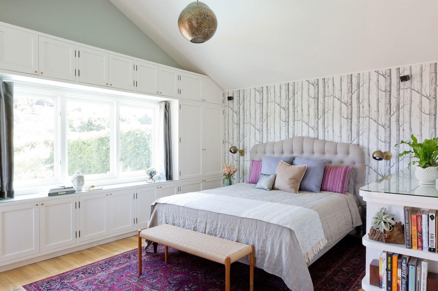 01-armarios-emolduram-a-janela-em-quarto-de-casal