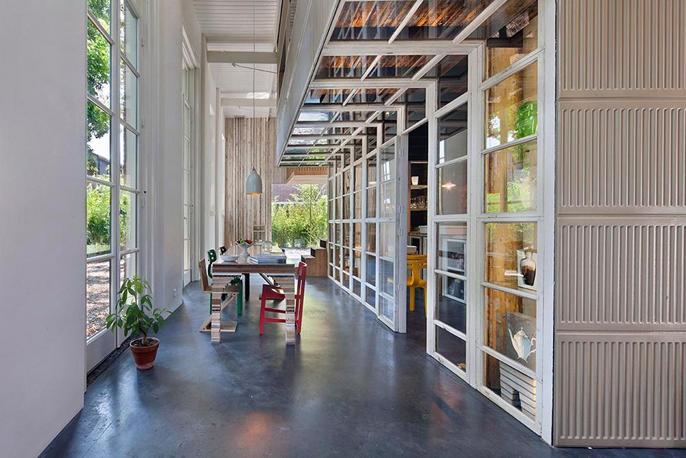 01-arquiteto-transforma-cocheira-do-seculo-19-em-sua-casa-e-escritorio