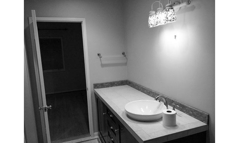 01-banheiro-escuro-e-renovado-com-paleta-preta-e-branca