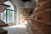 01-biblioteca-abraca-o-espaco-do-pavilhao-esloveno-na-bienal-de-veneza