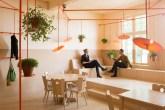 01-canos-cor-de-laranja-marcam-o-decor-divertido-de-cafe-na-holanda