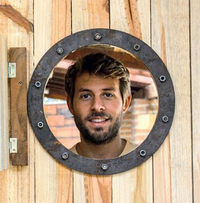 01-designer-reutiliza-madeira-para-criar-cadeiras