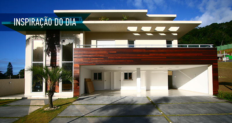 01-fachada-de-casa-de-praia-tem-linhas-retas-e-madeira