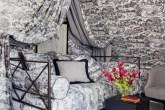 01-quarto-cinza-com-tecido-igual-nas-paredes-canópia-e-cama-Simon Upton