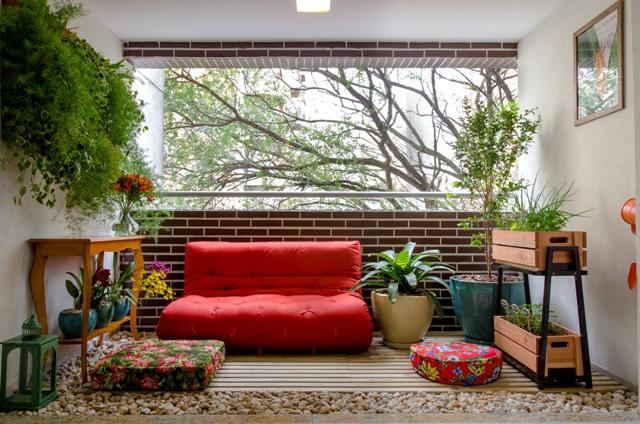 01-inspiracao-do-dia-varanda-aconchegante-com-futon-horta