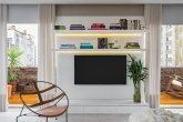 apartamento-com-estante-branca-e-faixas-de-led-Nildo-Jose