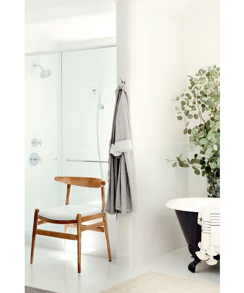 02-banheiro-escuro-e-renovado-com-paleta-preta-e-branca