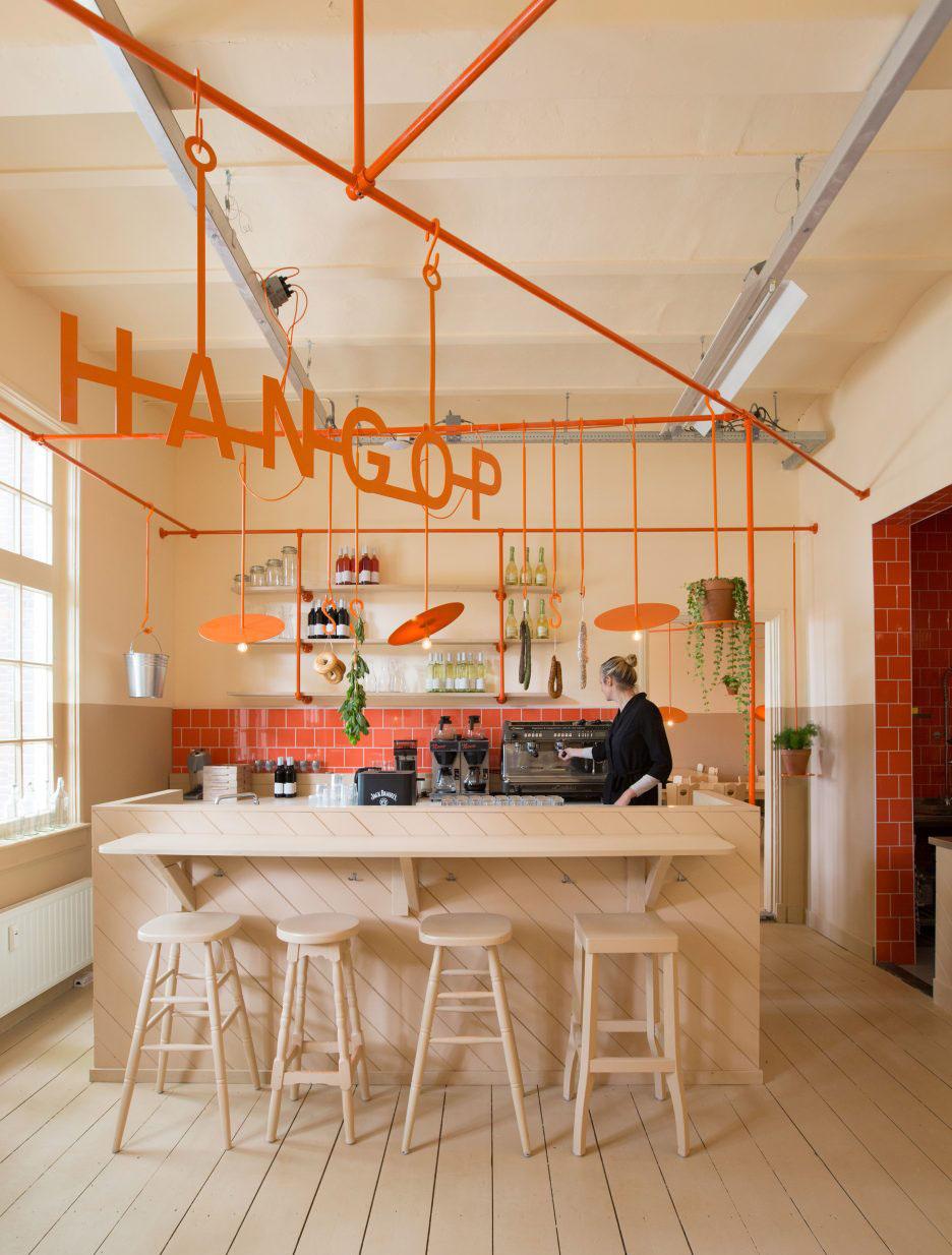 02-canos-cor-de-laranja-marcam-o-decor-divertido-de-cafe-na-holanda