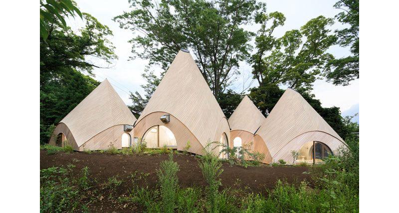 02-casa-no-japao-e-formada-por-varios-volumes-com-telhado-em-forma-de-cone