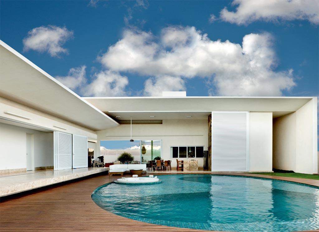 02-casa-projetada-por-leo-romano-tem-piscina-deslumbrante