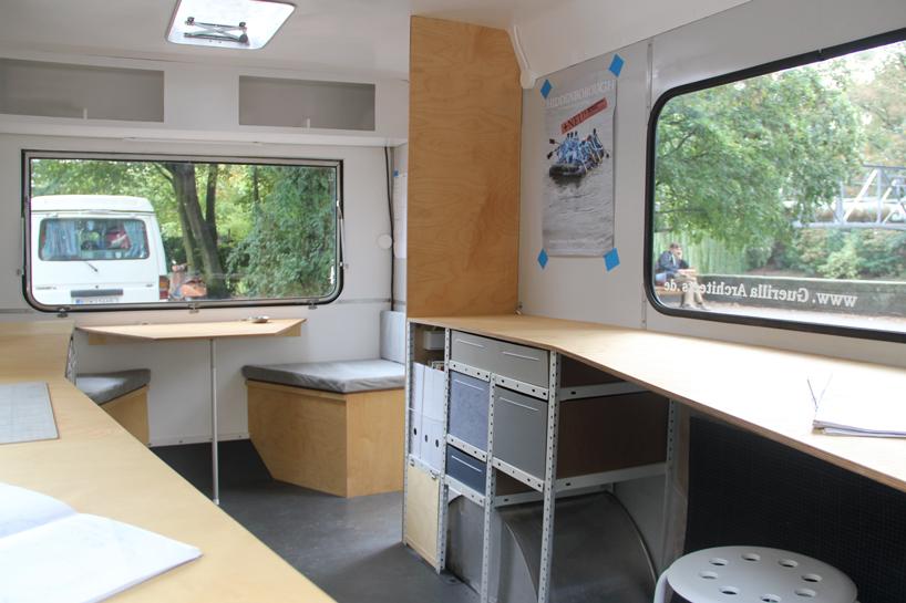 02-coletivo-de-arquitetura-cria-escritorio-sobre-rodas-todo-equipado