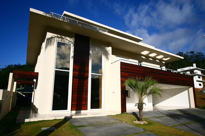 02-fachada-de-casa-de-praia-tem-linhas-retas-e-madeira