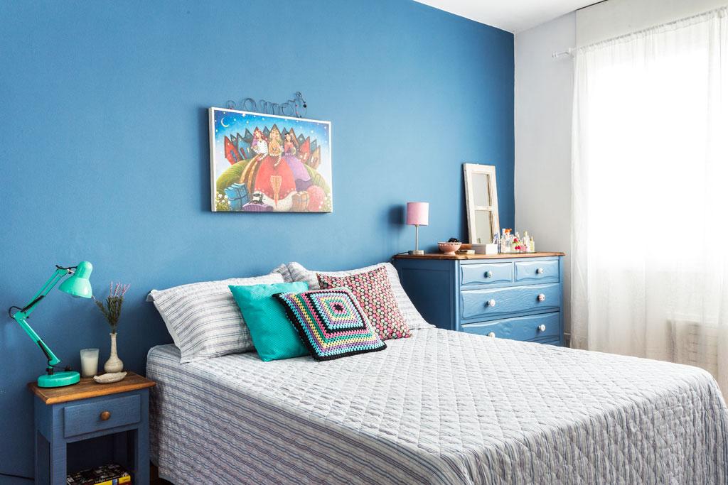 02-quarto-ganha-aconchego-com-paredes-e-moveis-na-cor-azul