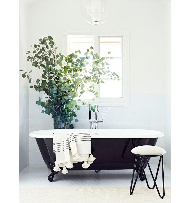03-banheiro-escuro-e-renovado-com-paleta-preta-e-branca