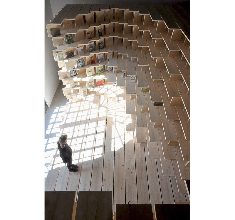 03-biblioteca-abraca-o-espaco-do-pavilhao-esloveno-na-bienal-de-veneza