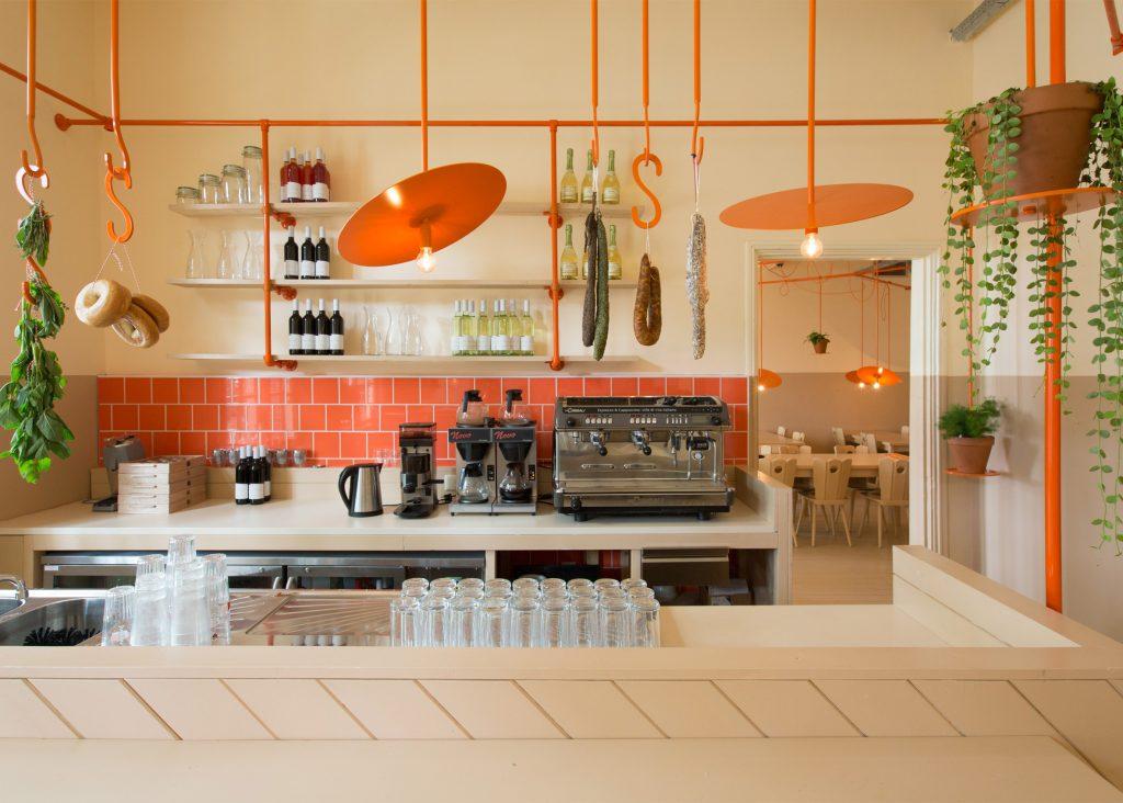 03-canos-cor-de-laranja-marcam-o-decor-divertido-de-cafe-na-holanda