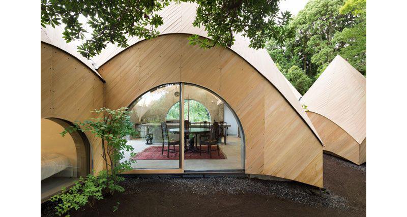 03-casa-no-japao-e-formada-por-varios-volumes-com-telhado-em-forma-de-cone