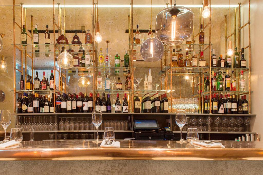 03-revestimentos-de-cobre-dao-charme-a-esse-restaurante