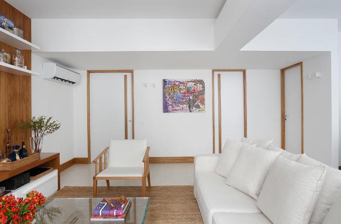 04-apartamento-de-90-m2-no-rio-de-janeiro-aposta-no-branco-e-na-madeira