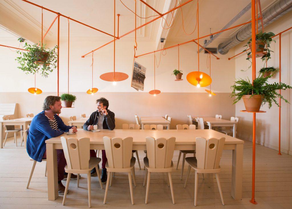 04-canos-cor-de-laranja-marcam-o-decor-divertido-de-cafe-na-holanda