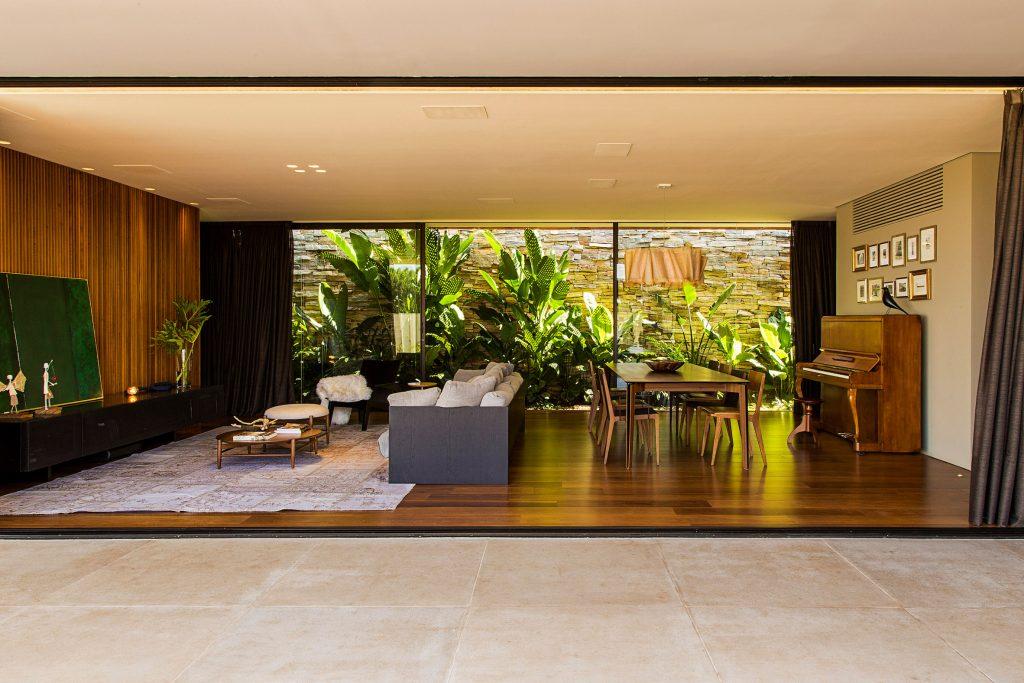 04-casa-em-franca-tem-interiores-que-se-conectam-ao-jardim