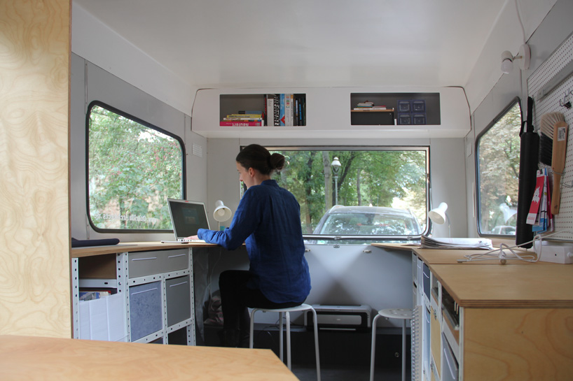 04-coletivo-de-arquitetura-cria-escritorio-sobre-rodas-todo-equipado