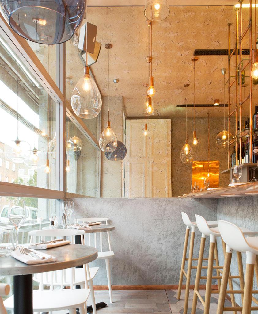 04-revestimentos-de-cobre-dao-charme-a-esse-restaurante