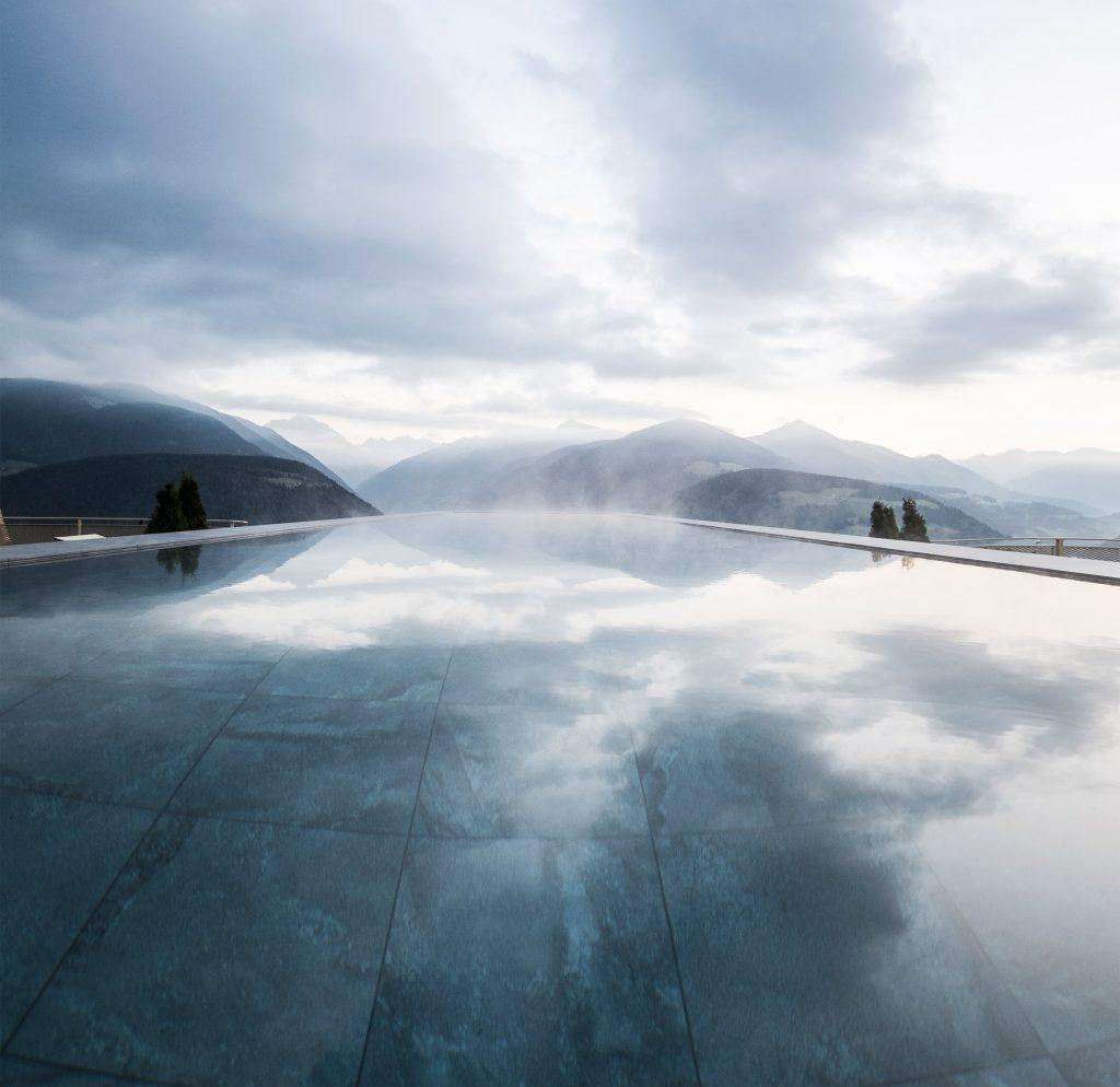 05-a-12-metros-do-chao-piscina-de-hotel-tem-painel-de-vidro-no-fundo