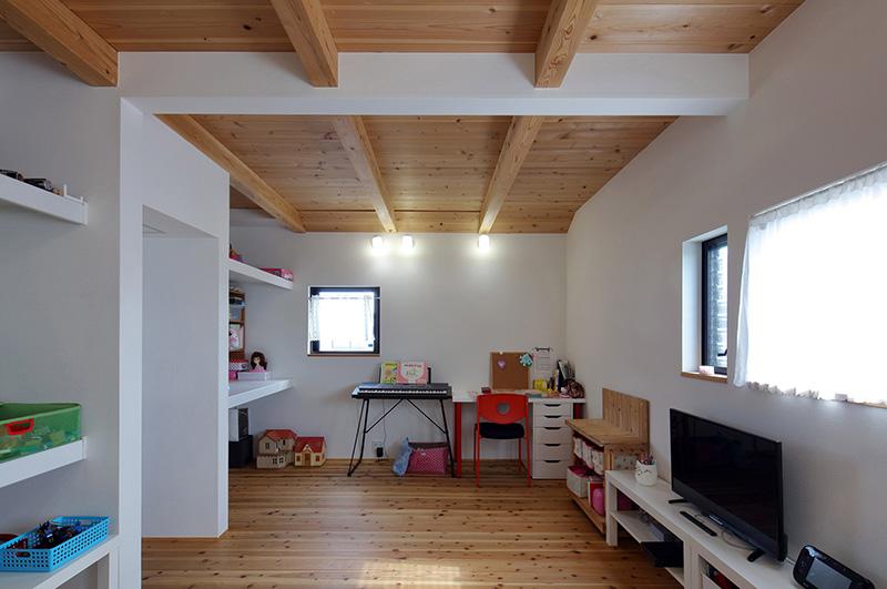 05-antiga-fabrica-de-moveis-e-transformada-na-casa-de-um-carpinteiro