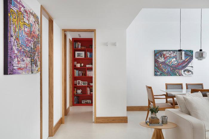 05-apartamento-de-90-m2-no-rio-de-janeiro-aposta-no-branco-e-na-madeira