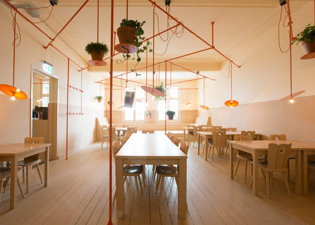 05-canos-cor-de-laranja-marcam-o-decor-divertido-de-cafe-na-holanda
