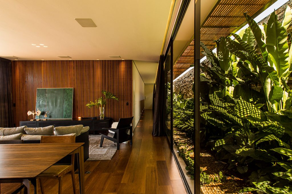 05-casa-em-franca-tem-interiores-que-se-conectam-ao-jardim