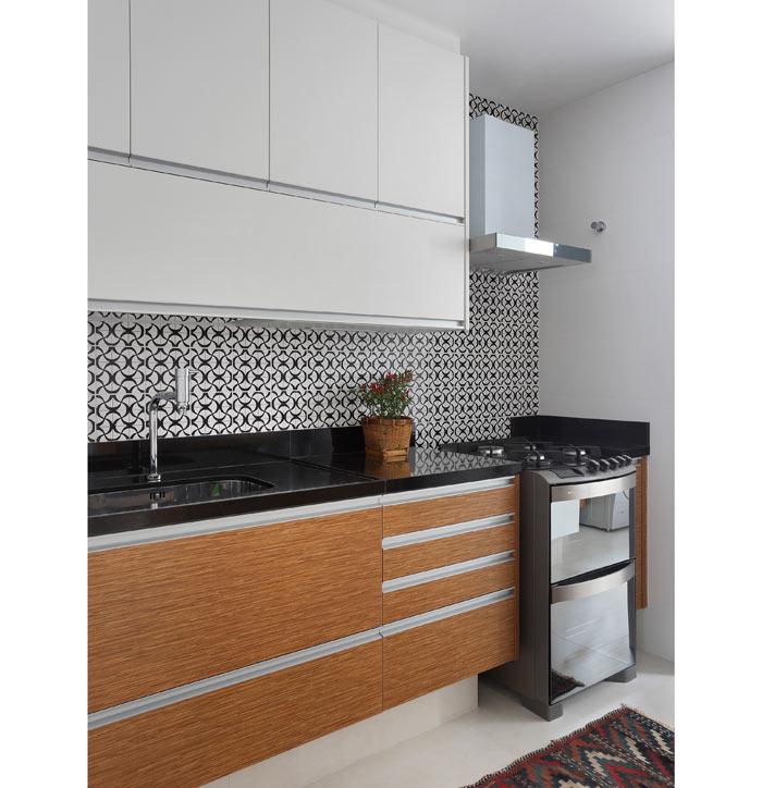 06-apartamento-de-90-m2-no-rio-de-janeiro-aposta-no-branco-e-na-madeira