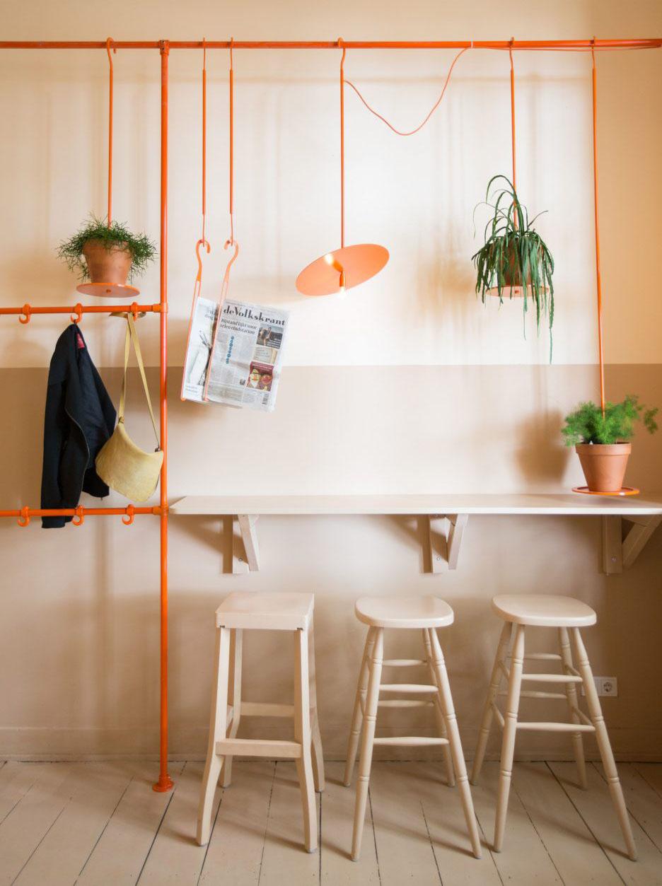 06-canos-cor-de-laranja-marcam-o-decor-divertido-de-cafe-na-holanda