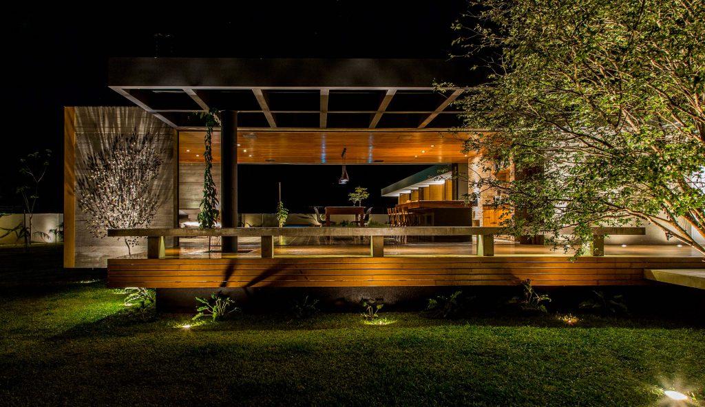 06-casa-em-franca-tem-interiores-que-se-conectam-ao-jardim