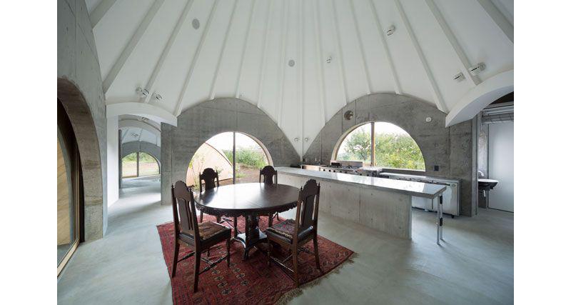 06-casa-no-japao-e-formada-por-varios-volumes-com-telhado-em-forma-de-cone