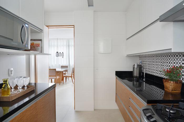 07-apartamento-de-90-m2-no-rio-de-janeiro-aposta-no-branco-e-na-madeira