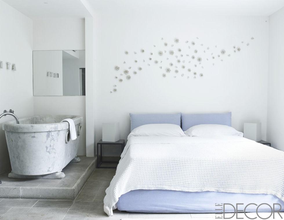 07-quarto-cinza-em-capri-com-banheira-de-mármore-e-flores-na-parede-Gaelle Le Boulicaut