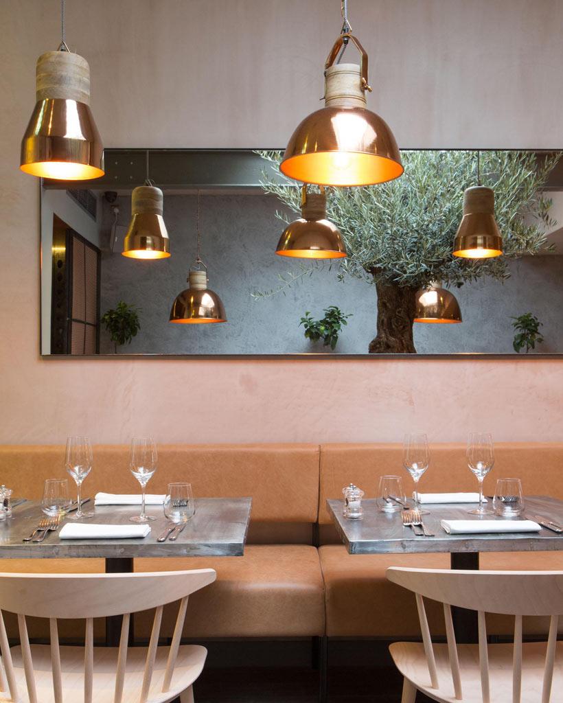 07-revestimentos-de-cobre-dao-charme-a-esse-restaurante