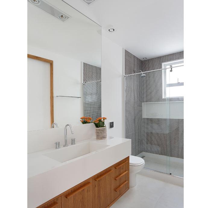08-apartamento-de-90-m2-no-rio-de-janeiro-aposta-no-branco-e-na-madeira