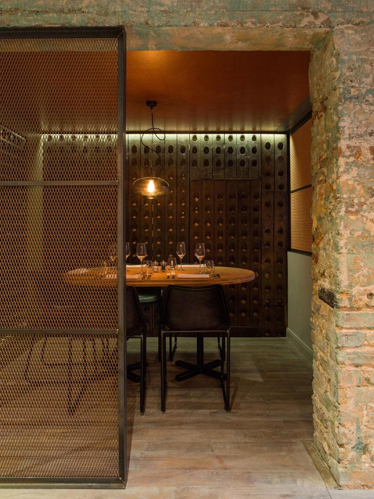 08-revestimentos-de-cobre-dao-charme-a-esse-restaurante