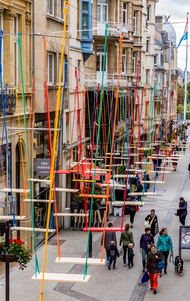 1-obra-com-balanços-coloridos-em-luxemburgo