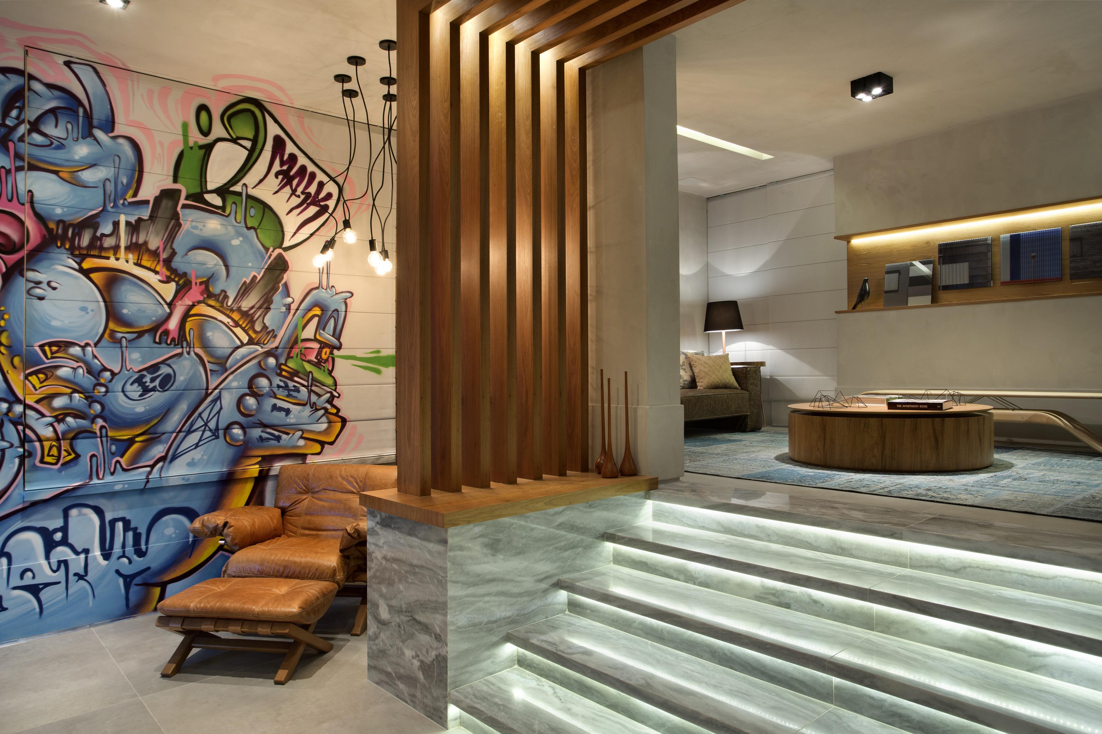 2-inspiracao-do-dia-lounge-com-grafite-em-persiana-e-parede