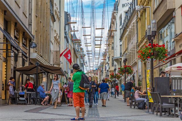 2-obra-com-balanços-coloridos-em-luxemburgo