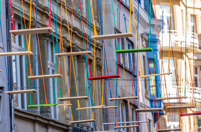 3-obra-com-balanços-coloridos-em-luxemburgo
