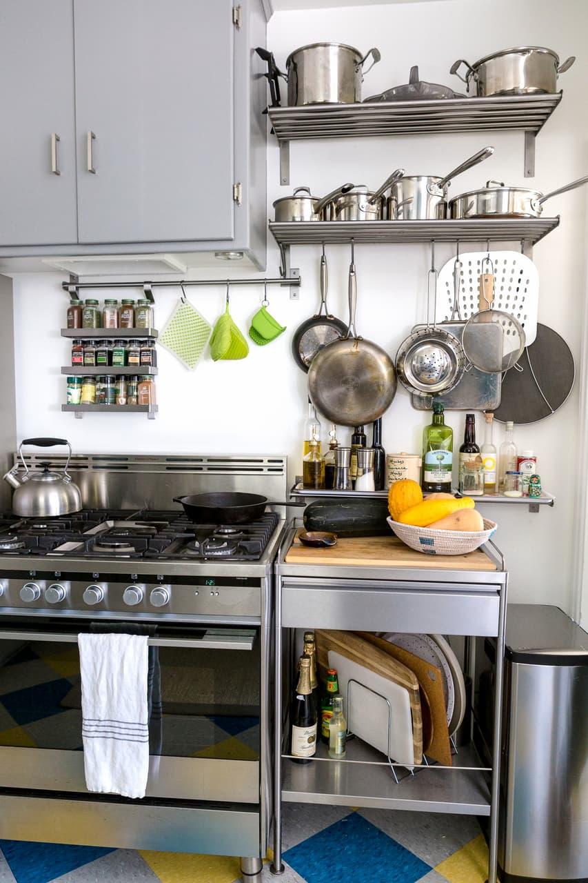 cozinha-reformada-com-solucoes-de-armazenamento-panelas-suspensas