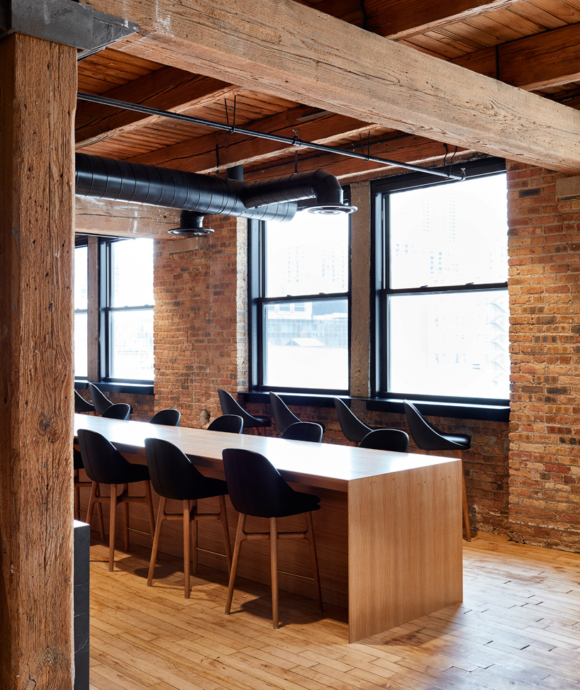 6-arquitetos-desenvolvem-espacoso-escritorio-em-chicago