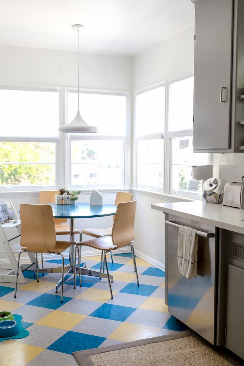 cozinha-reformada-com-piso-colorido-de-marmoleum
