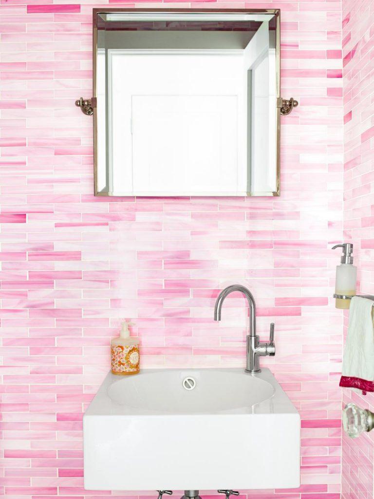 azulejos-retangulares-rosados-e-pia-branca-hgtv
